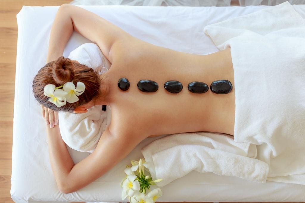 Posizionamento pietre usate nel massaggio hot stone